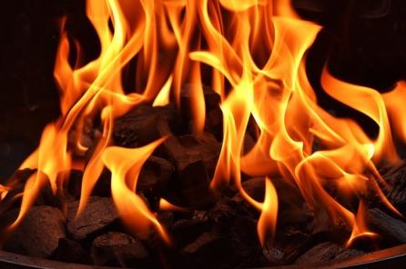 Qué frena el ritmo de tu relato Palabras sanguijuela Fuego hoguera contar historias